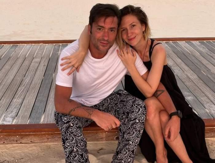Adela Popescu și Radu Vâlcan, pe plajă, îmbrățișați și zâmbitori
