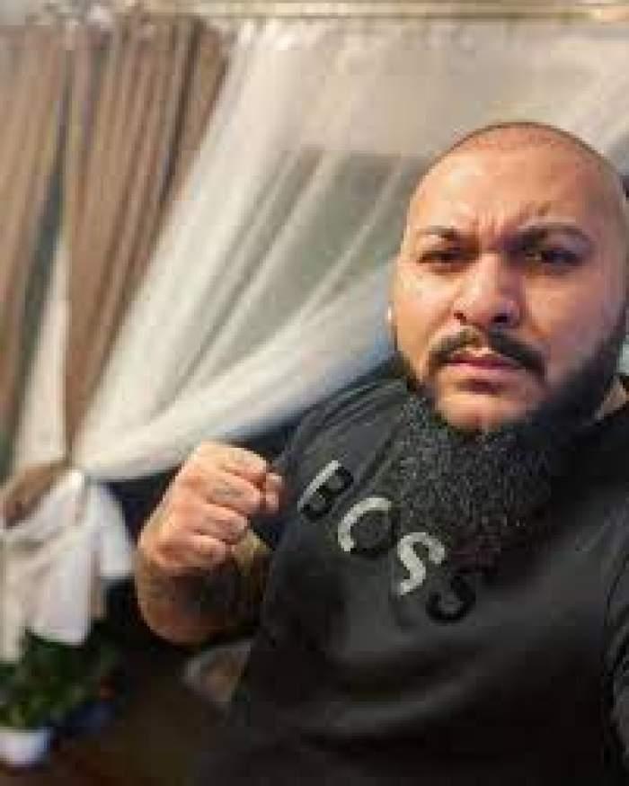 Dani Mocanu, selfie acasă, îmbrăcat în negru