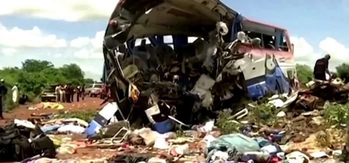 Tragedie de proporții în Africa! Cel puțin 40 de morți și peste 30 de răniți după impactul unui autobuz cu un camion / VIDEO