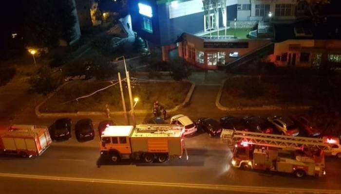 Trei mașini de pompieri în fața unui bloc