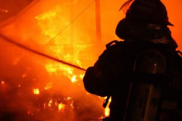 Pompier care stinge un foc
