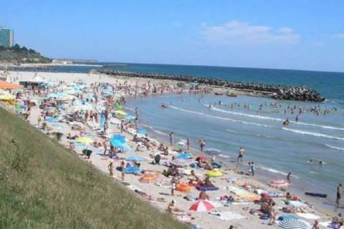 Plaja de la malul mării, plină cu oameni