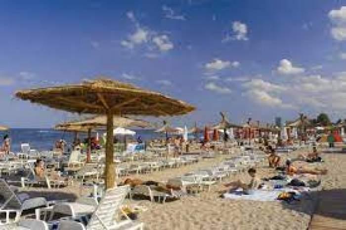 O plajă plină cu oameni