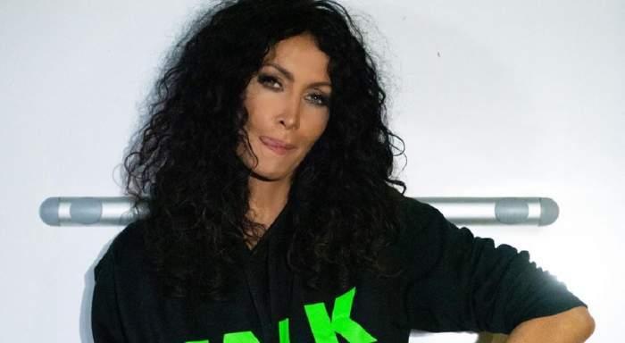 Miahela Răduelscu, îmbrăcată în negru, cu limba scoasă