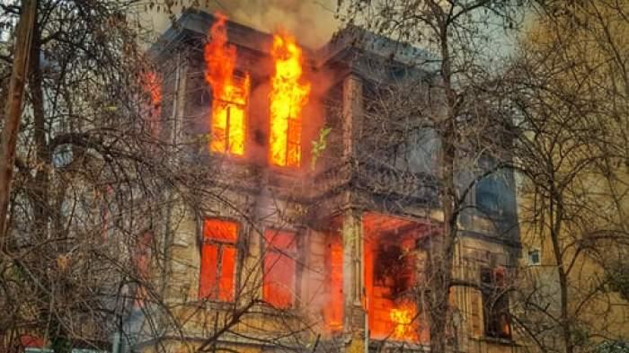 casă în flăcări