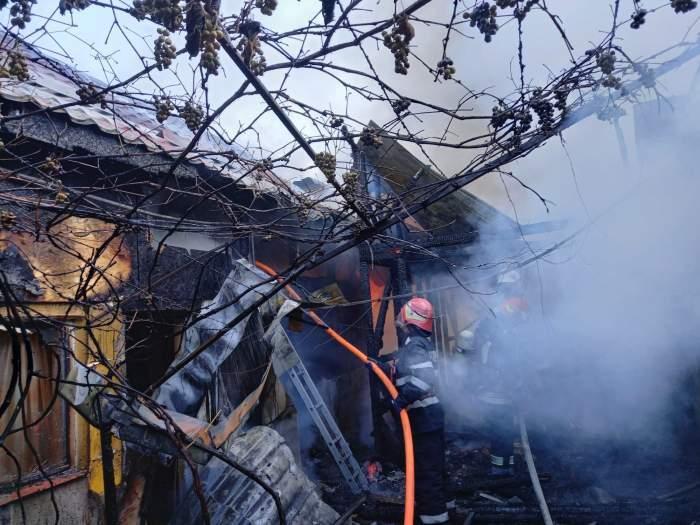 Incendiu violent în Brașov! Mai multe locuințe au fost cuprinse de flăcările mistuitoare. Două persoane au fost transportate la spital / FOTO