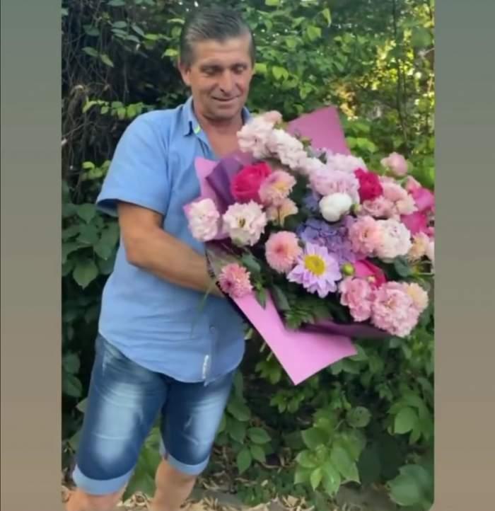 Tatăl lui Theo Rose, cu un bucht mare de flori în brațe