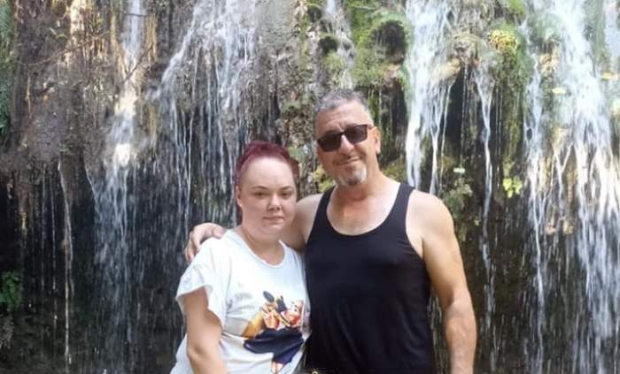 Gazi Demirel și soția la cascadă