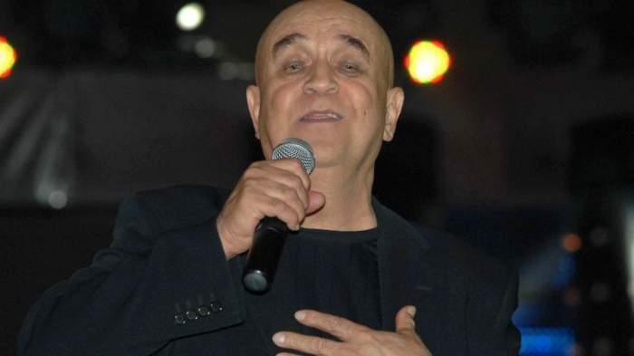 benone sinulescu canta la microfon