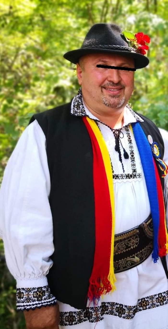 Alexandru Rusu, în costum popular, zâmbitor