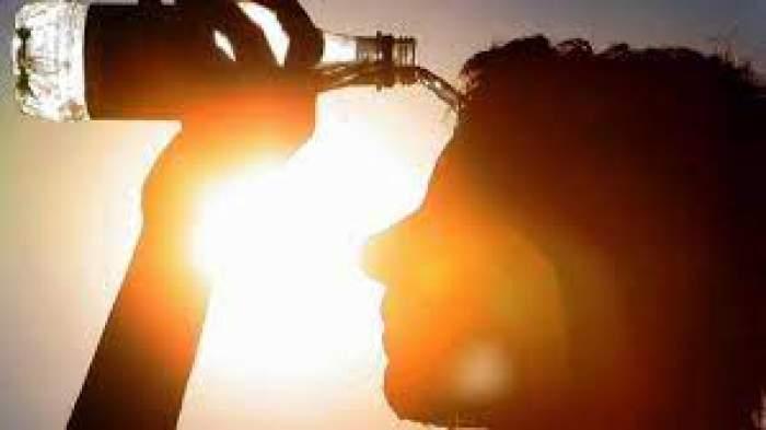 Un om care-și toarnă apă pe față