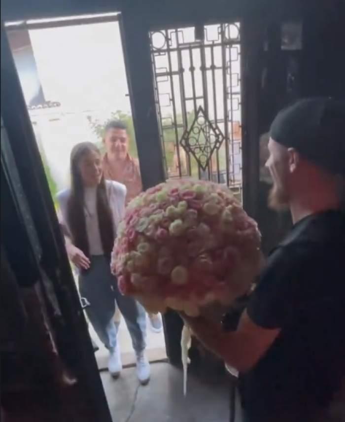 """Bogdan de la Ploiești, buchet de 365 de trandafiri pentru Theo Rose. Cum a reacționat artista: """"Nu pot să îl țin"""" / FOTO"""