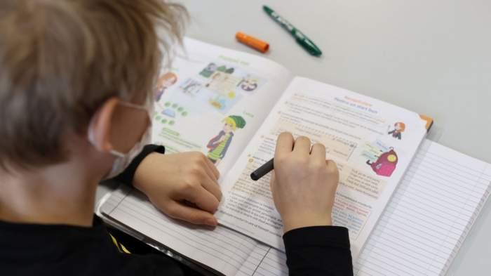 Reguli pentru începerea noului an școlar! Miniștrii Educației și Sănătății au anunțat ce se întâmplă după depășirea ratei de infectare de 6 la mie