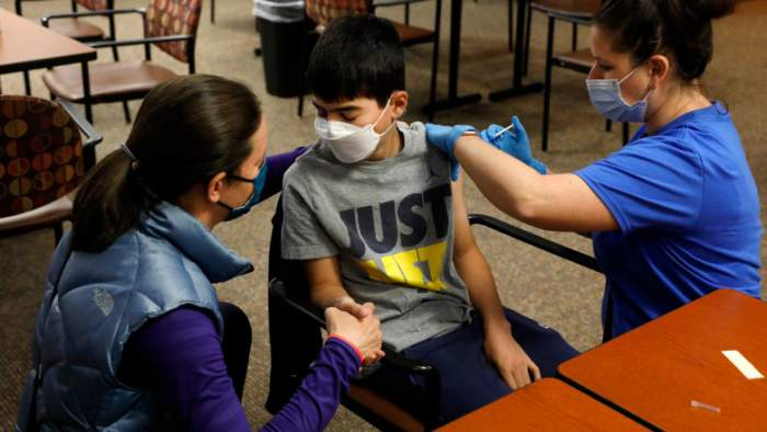 Elevii infectați cu SARS-CoV-2 pot sta acasă doar 8 zile. Care sunt condițiile și ce avantaje au copiii vaccinați