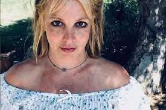 Britney Spears, în grădină, îmbrăcată în alb