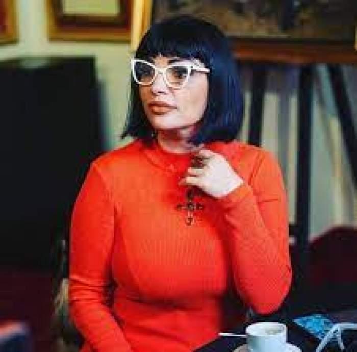 Ozana Barabancea, zâmbitoare, în tinută roșie