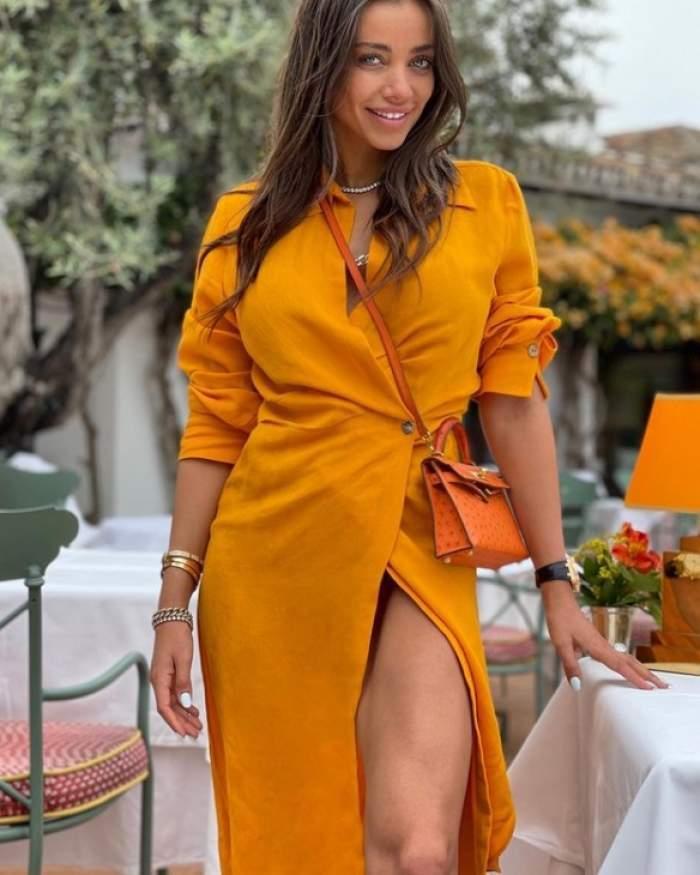 Oana Marica, în rochie portocalie