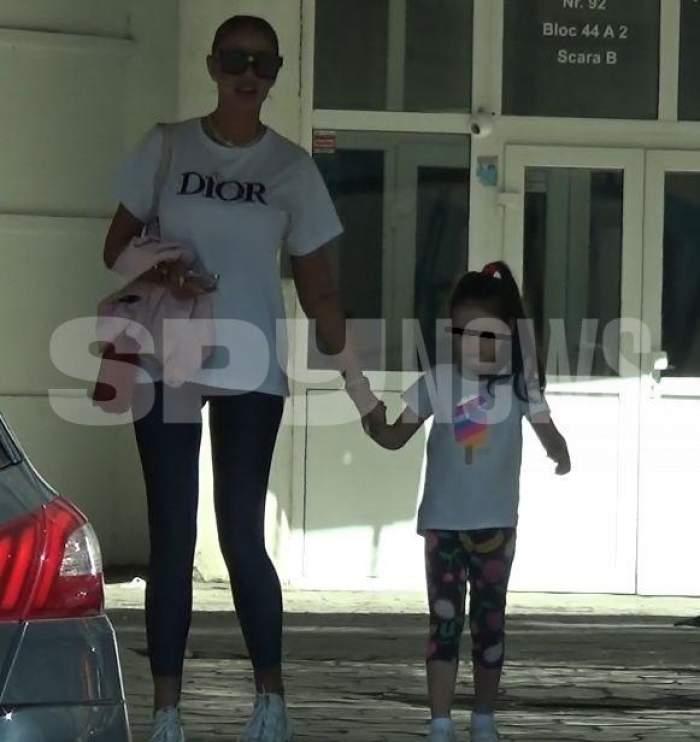 Bianca Drăgușanu de mână cu fiica sa