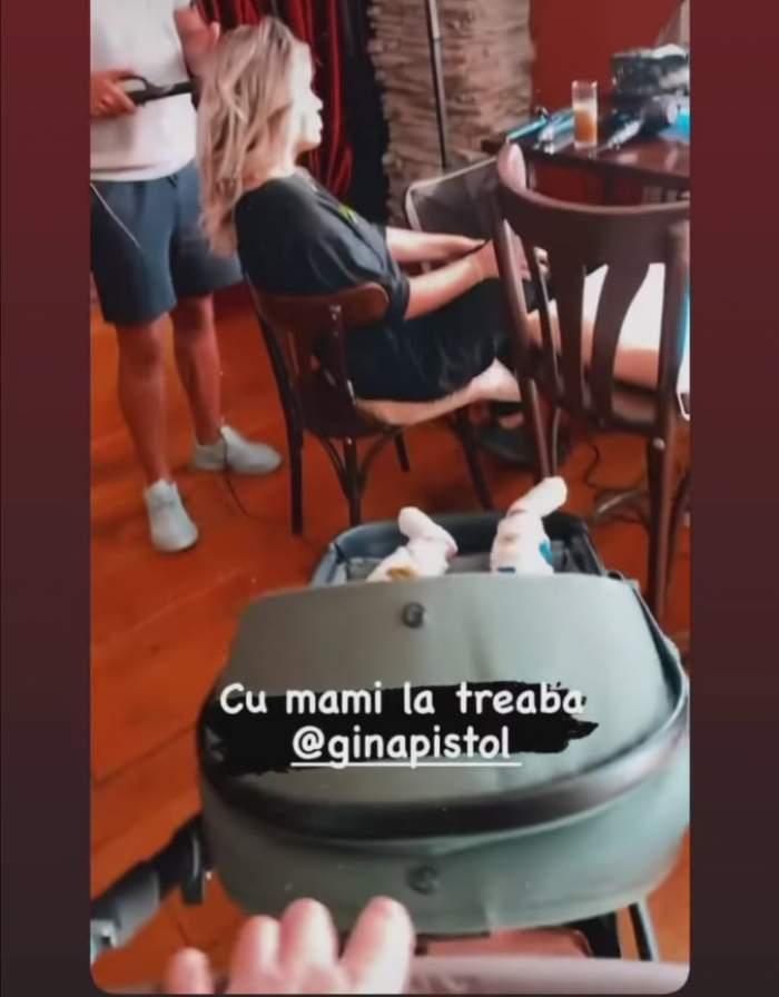 Smiley plimbă căruciorul în timp ce Gina Pistol este coafată