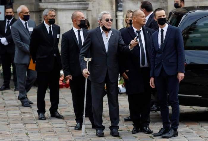 """Apariție rară a lui Alain Delon la înmormântarea lui Jean-Paul Belmondo. Celebrul actor, devastat de moartea prietenului său: """"Nu va mai dura mult până va veni rândul meu"""" / VIDEO"""