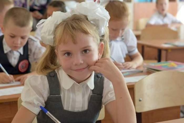 O fetiță cu codițe și uniformă