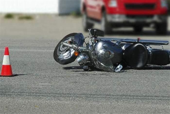 O motocicletă lovită pe șosea