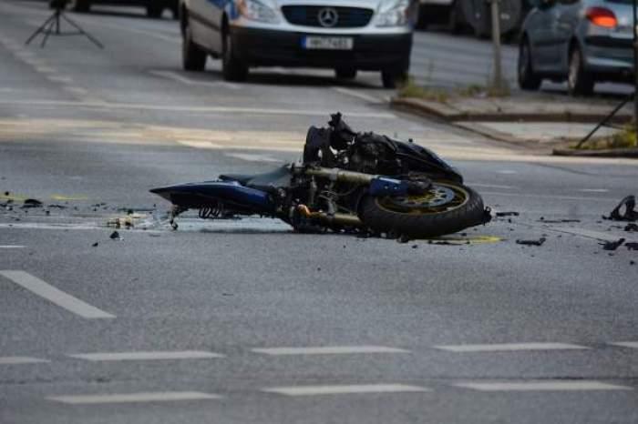 O motocicletă pe șoșea, după accident