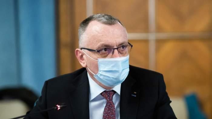 Sorin Cîmpeanu cu masca de protecție pe față la o ședință