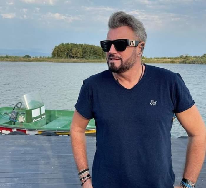 Cătălin Botezatu, în tricou și cu ochelari de soare în Deltă