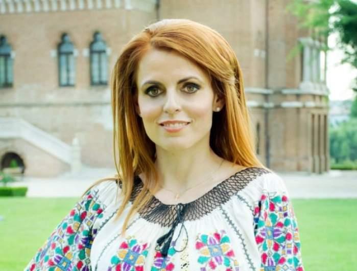 Valentina Ionescu, în costum popular
