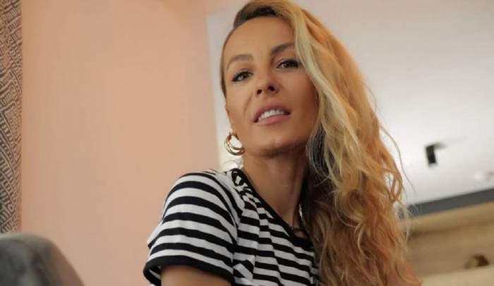 Flavia Mihășan într-o încăpere