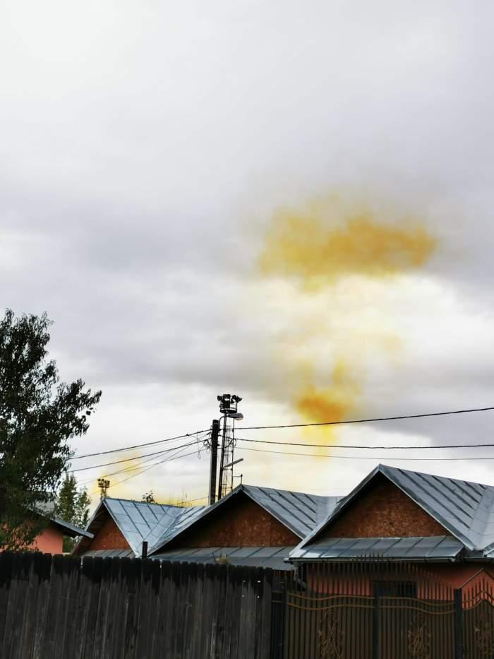 Un nor misterios, de culoare portocalie și cu miros de sulf, a acoperit Sudul Ploieștiului. Autoritățile nu au nicio explicație pentru această situație / FOTO