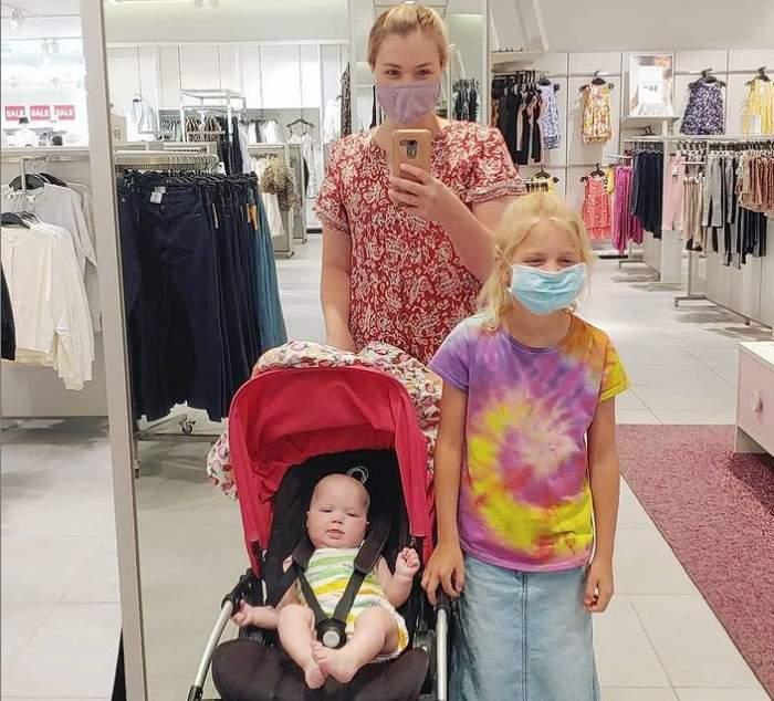 mama cu copii in mall