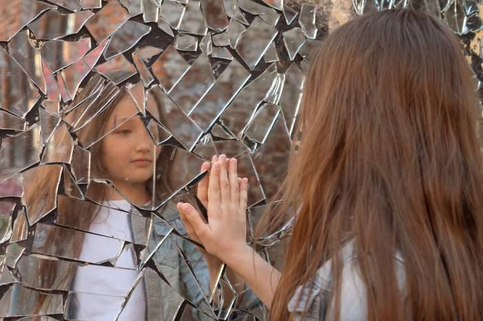 Ce înseamnă când spargi o oglindă. Superstiții românesti cunoscute