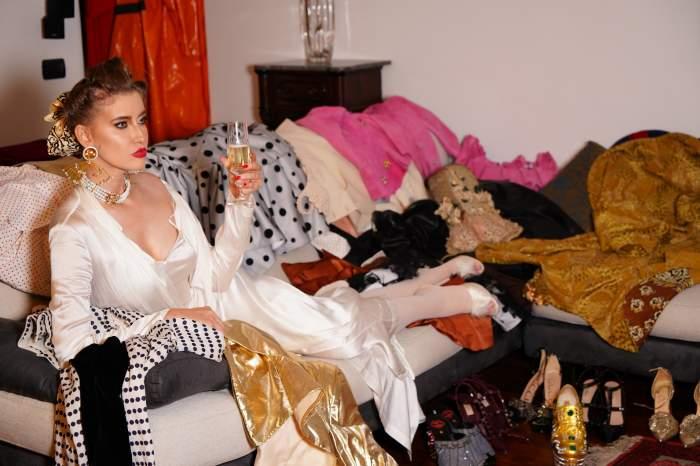 Începând din 17 septembrie, în fiecare vineri, de la 18:00, la Antena Stars, Iulia Albu prezintă I.A. cu stil