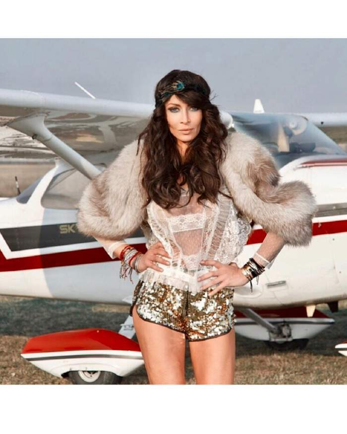 mihaela radulescu langa un avion