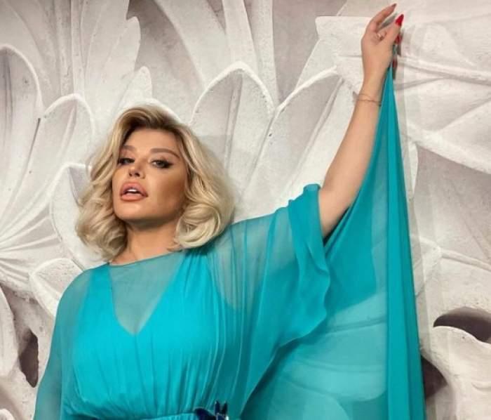Loredana Groza, într-o rochie albastră