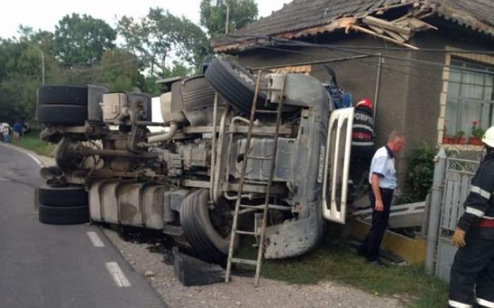 Trei răniți în Toplița, după ce un TIR a ieșit de pe carosabil și s-a oprit în zidul unei case