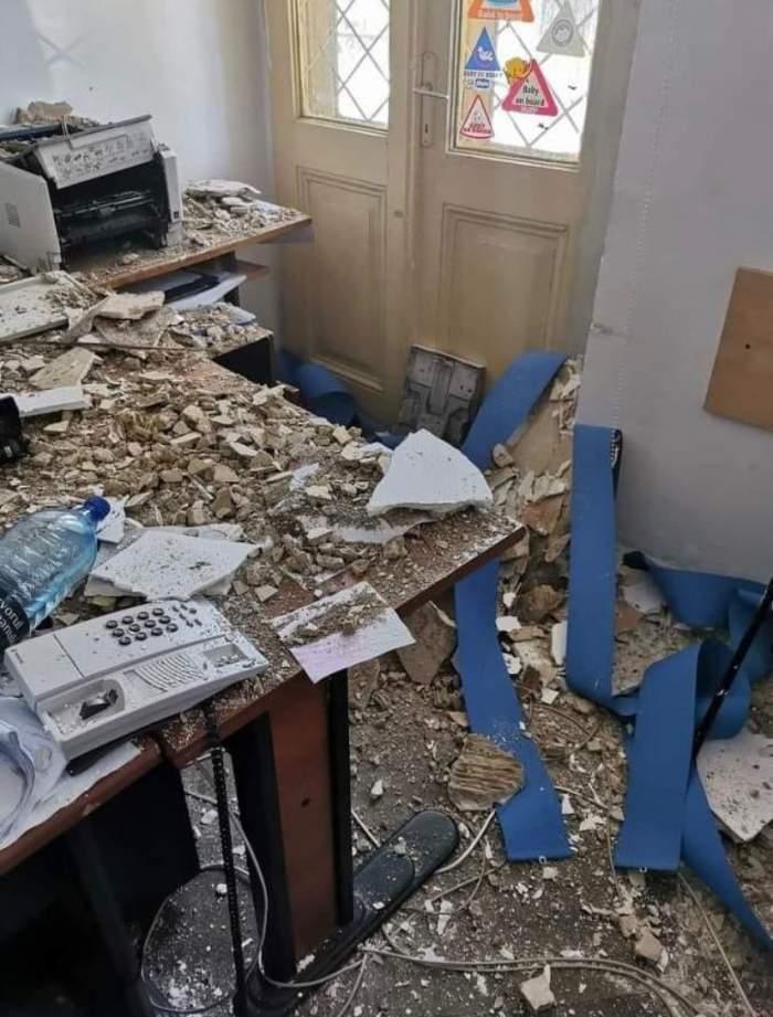 """Plafonul Secției 3 de Poliție din Capitală s-a prăbușit peste birourile agenților. """"Domnule ministru, ne cade tavanul în cap!"""""""