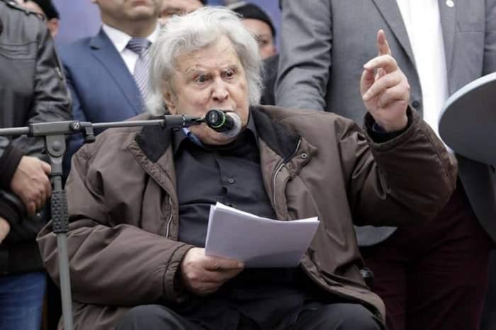 """A murit Mikis Theodorakis, care a scris coloana sonoră pentru """"Zorba Grecul"""". Compozitorul grec era cunoscut la nivel internațional"""
