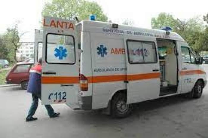 O ambulanță cu ușile deschise și un medic
