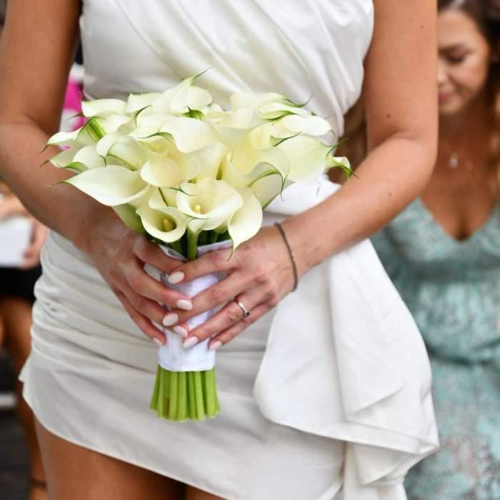 Cât a costat rochia pe care Roxana Nemeș a purtat-o la cununia civilă. Cântăreața și-a făcut ținuta pe comandă