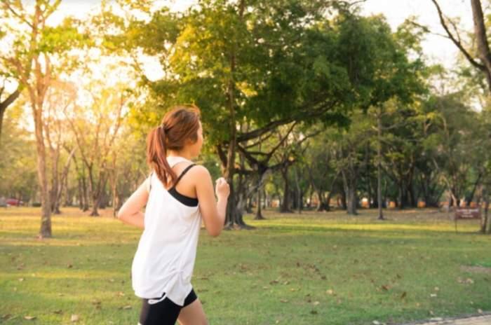 o femeie care aleargă