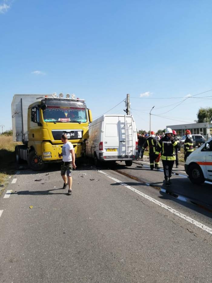 Accident grav pe DN1B în Prahova, după ce un TIR și două dubițe s-au izbit. Cinci persoane au ajuns la spital / FOTO