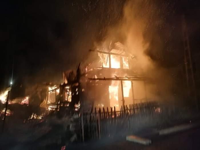O familie cu trei copii din Cluj a rămas pe drumuri, după ce casa le-a luat foc. De la ce a pornit incendiul