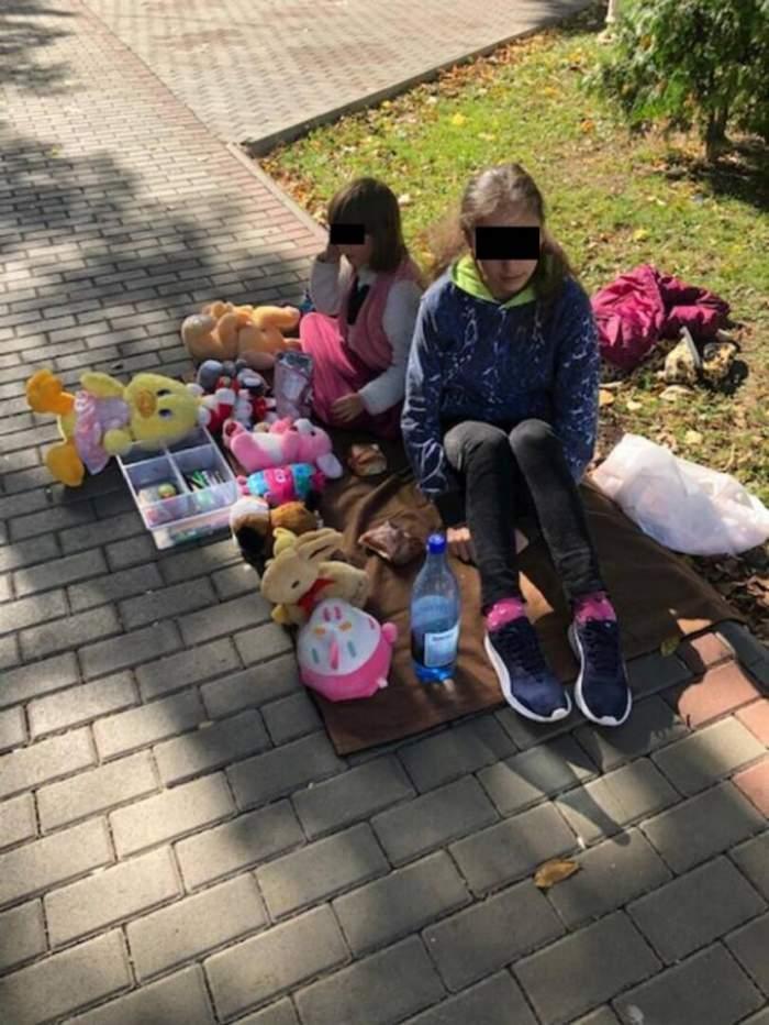 """Două fetițe, în vârstă de 9 și 12 ani, din Roman își vând plângând jucăriile pentru ca părinții să aibă bani de facturi. """"Sunt foarte mari și ne taie curentul"""""""