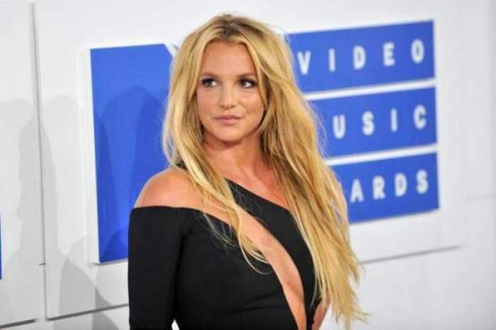Britney Spears în rochie neagră, decoltată