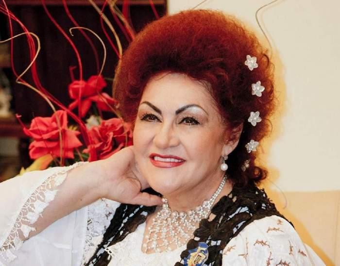 Elena Meri, cu mâna în păr, în costum tradițional