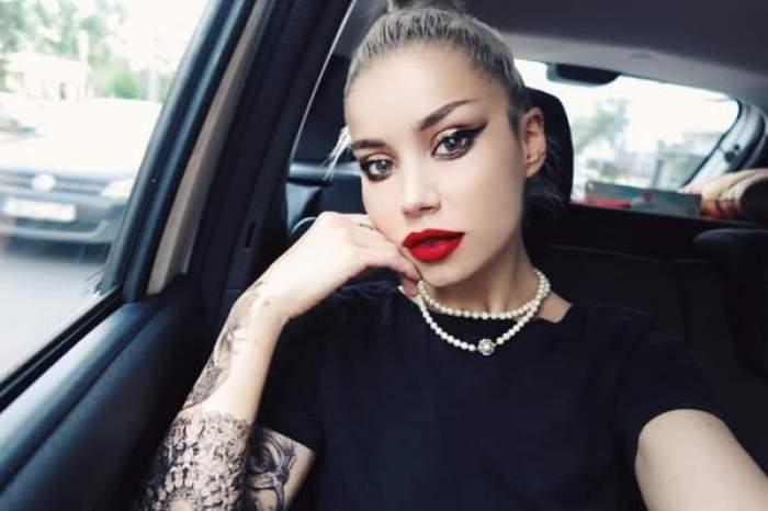 Alina Ceușan, selfie în mașină, îmbrăcată în negru, cu ruj roșu