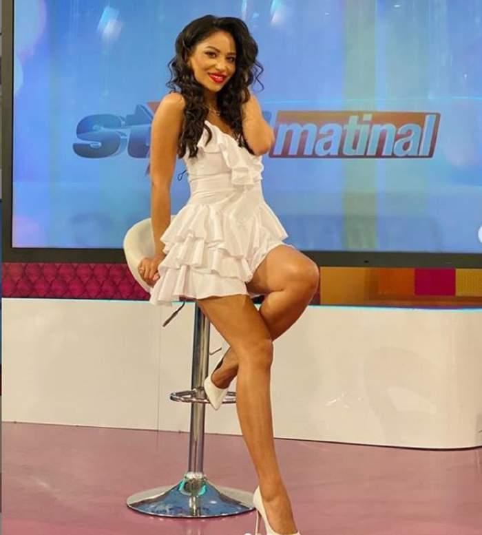 Nasrin Ameri, în rochie albă la TV
